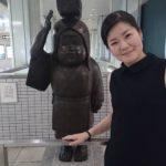 ↑A型さんは、この像とのツーショットを撮らないでしょう?@国際会館駅にて「大原女と」